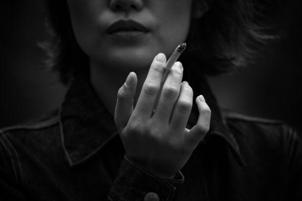 タバコを吸う女性の口元